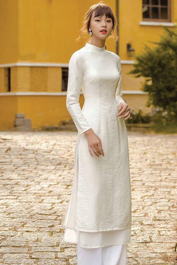 Áo dài từ chất đũi trơn màu trắng