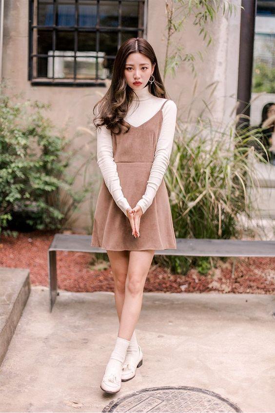 Áo thun tay dài mix cùng váy yếm dáng ngắn dễ thương