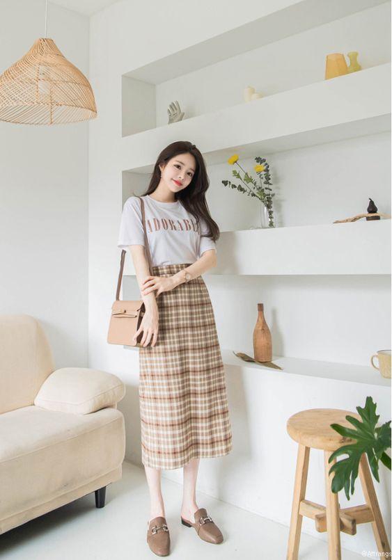 Chân váy dài cạp cao caro phối áo thun đơn giản giúp các nàng ốm tự tin và thỏa mái