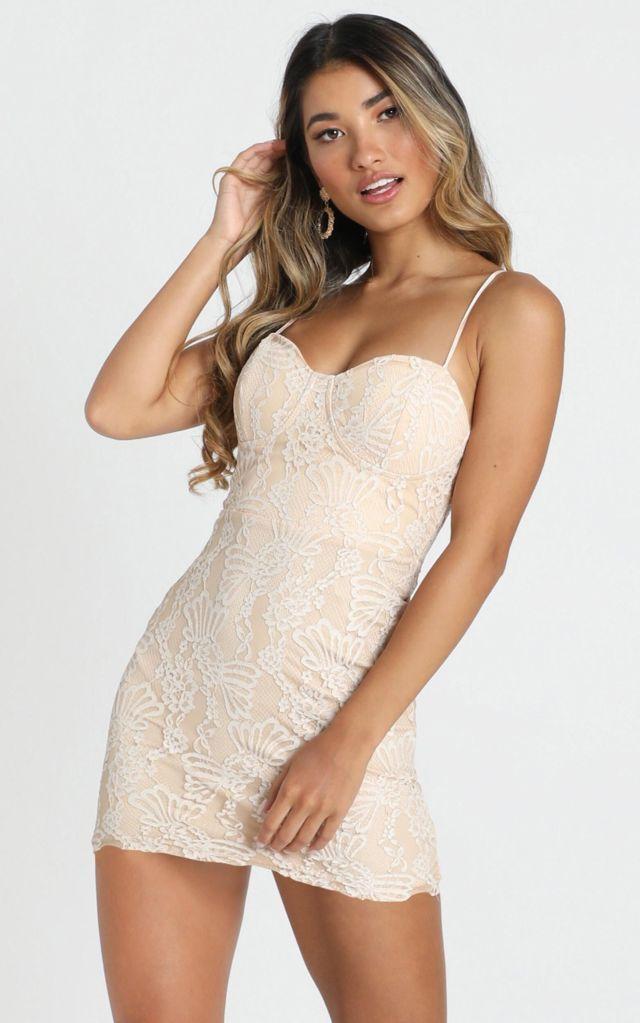 Váy ôm body 2 dây cúp ngực phối ren quyến rũ giúp các nàng khoe được vòng 1 ấn tượng
