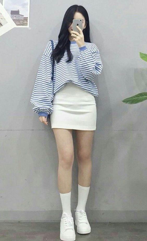 Áo thun dài tay form rộng mix cùng chân váy siêu xinh xắn