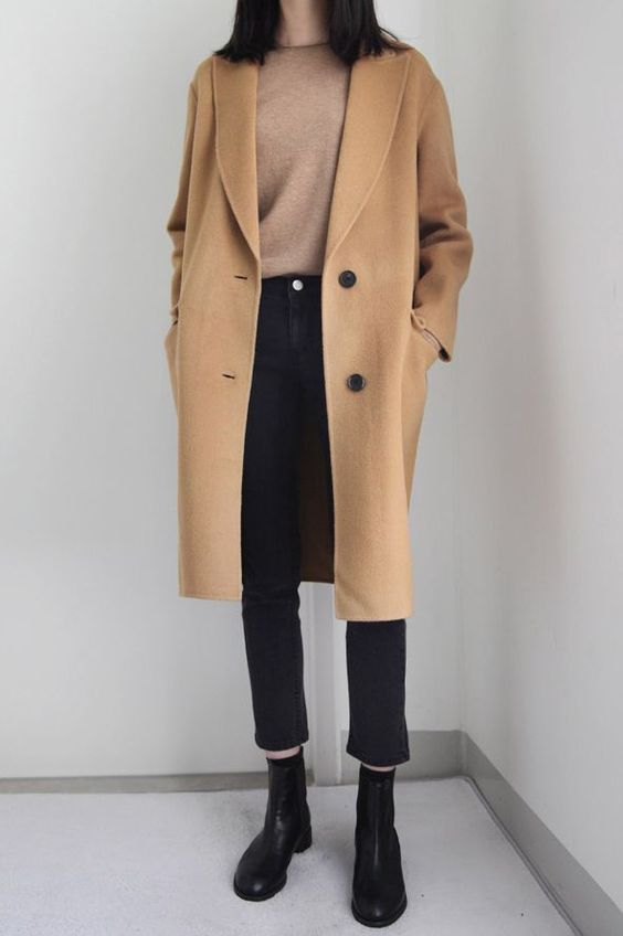 Khoác Blazer kết hợp chiếc áo thun cổ tròn mix cùng quần jean ống suông cạp cao