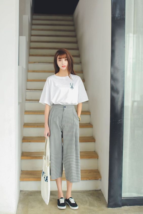 Áo thun basic kết hợp cùng quần kaki ống suông