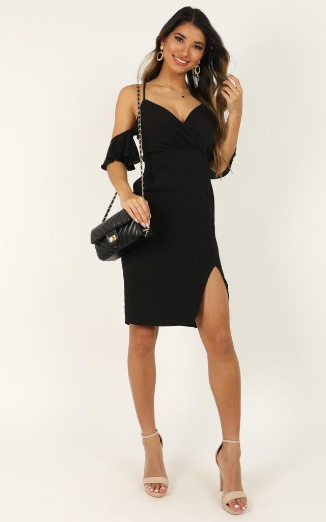 Đầm ôm body đen xẻ tà cách điệu phần ống tay