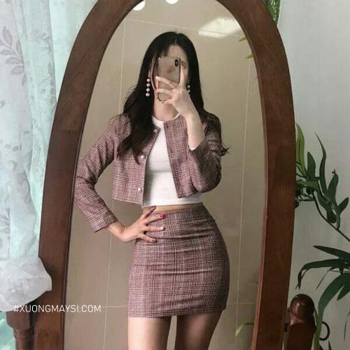 Chân váy ôm phối với áo thun ôm và blazer quyến rũ