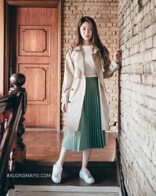 Phối chân váy xếp ly với áo len áo khoác cardigan năng động