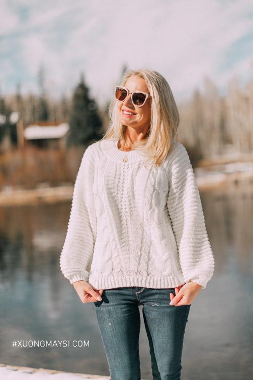 Diện áo sweater vải len ấm áp là một lựa chọn tuyệt vời cho trang phục mùa đông