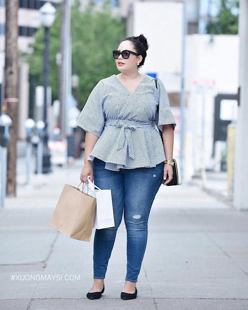 Phối quần jean ôm với áo sơ mi kiểu cho nàng dáng mập tự tin