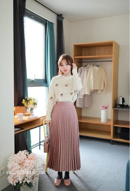 Phối đồ xinh xắn cho nàng có chiều cao khiêm tốn với mẫu chân váy xếp ly dài
