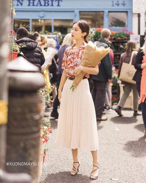 Phối Chân váy dài xếp ly với áo sơ mi họa tiết vinatge tự tin dạo phố
