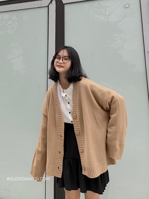 3 Áo cardigan Áo cardigan là dòng áo được làm từ chất liệu len và có nguồn gốc từ Vương Quốc Anh. Chiếc áo được đan và gia công vô cùng khéo léo mang một phong cách tao nhã và mảnh mai đặc biệt dành cho hầu hết các bạn nữ hiện nay.