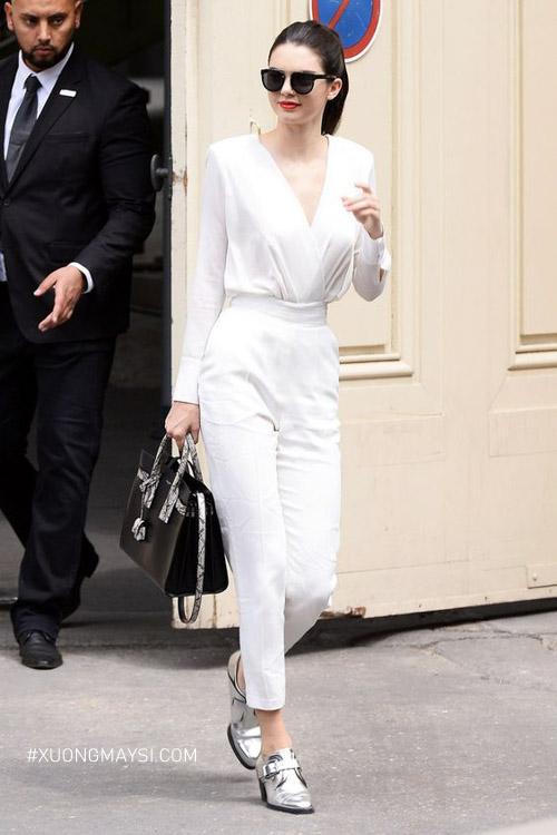 Outfit màu trắng nổi bần bật khi dạo phố