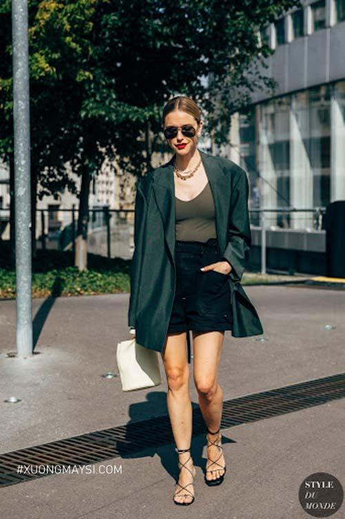 Phối đồ phong cách hiện đại cùng với quần short đen dành cho nữ