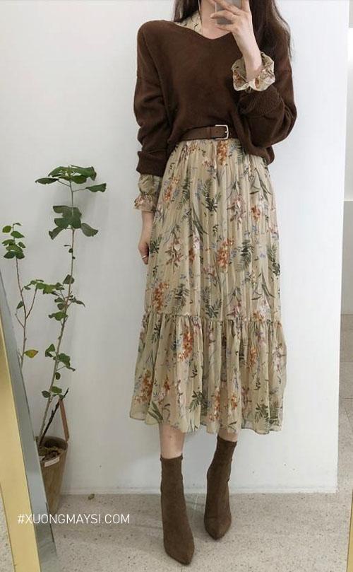 Váy hoa đi cùng áo len nâu tạo nên một tổng thể rất vintage đi chơi Đà Lạt