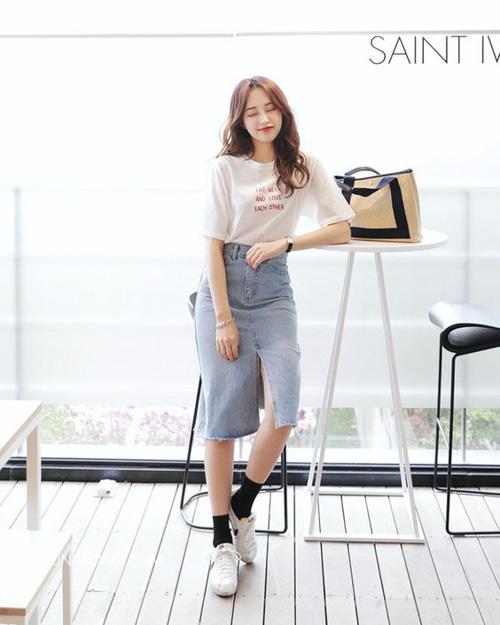 Mùa hè trẻ trung năng động với mẫu áo thun trắng phối chân váy jean