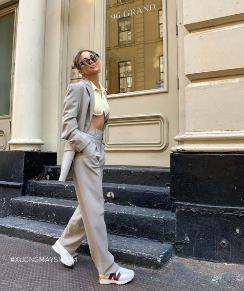 Phong cách baggy cá tính với chiếc quần kaki, áo croptop và đôi giày sneaker