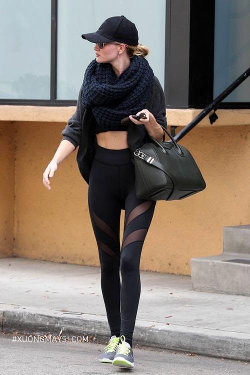 Phối quần legging cùng với giày sneaker ấn tượng đậm chất Athleisure cho các bạn nữ