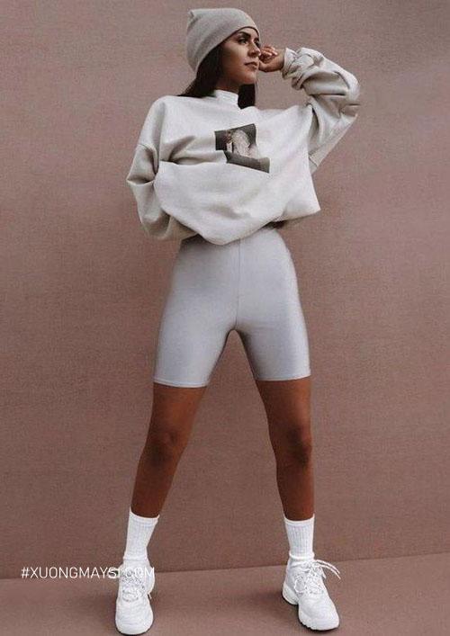 Quần legging lửng với vẻ ngoài sành điệu kết hợp áo sweater mang phong cách Athleisure xu hướng hiện đại cho nữ