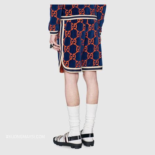 Quần short thun đến từ nhãn hàng thời trang đình đám Gucci với hoạ tiết mini hình logo độc đáo