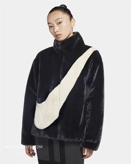 Áo khoác bông nổi bật với big swoosh đến từ thương hiệu Nike