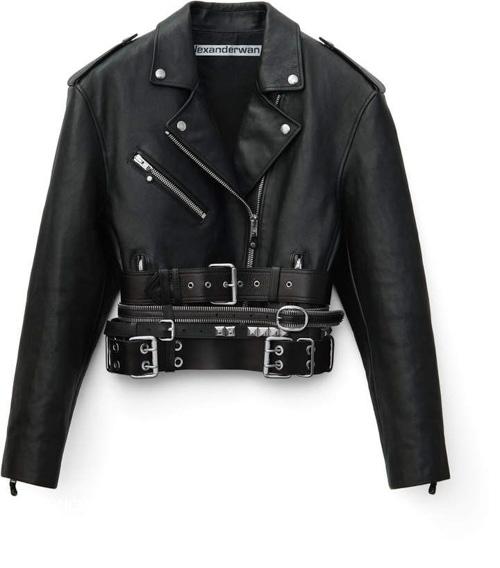 Áo khoác da vừa được ra mắt vô cùng độc lạ khi được cải tiến thêm những chiếc thắt lưng phụ bên dưới phần áo đến từ hãng Alexander Wang