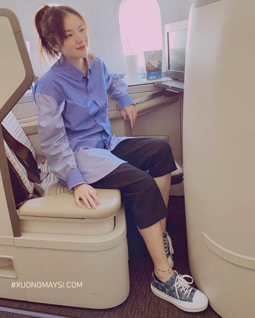 Ca sĩ Phương Ly diện quần short nữ qua đầu gối khi đang ngồi trên máy bay
