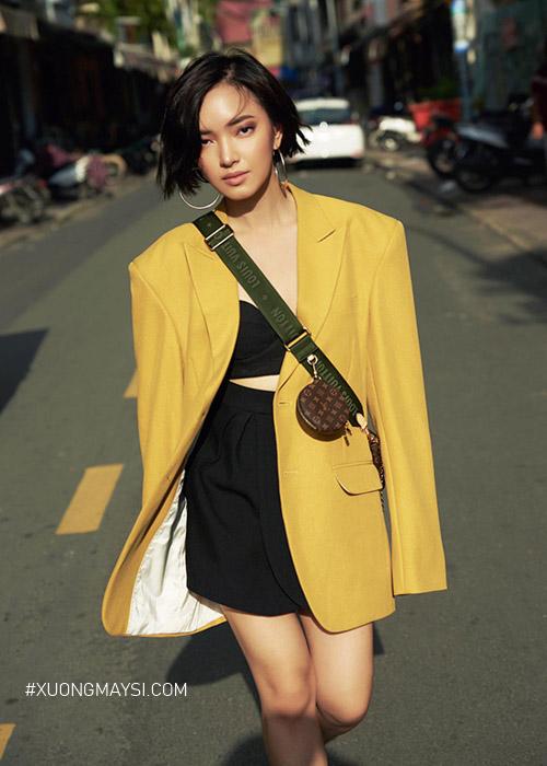 Fashionista Châu Bùi diện áo blazer dài với màu sắc trẻ trung cùng chiếc quần short trên phố cực kỳ sành điệu