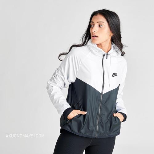 Dòng áo khoác dù với logo Nike phần ngực trái khiến kết hợp với màu sắc trắng đen khiến cho chiếc áo thời trang và năng động dành cho các nữ