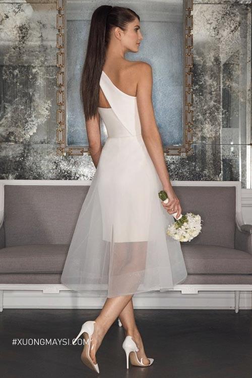 Nàng di chuyển thanh thoát, dễ dàng hơn khi diện váy cưới ngắn