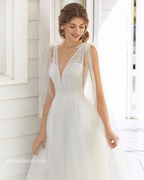Đầm cưới cổ chữ V cùng chất liệu ren
