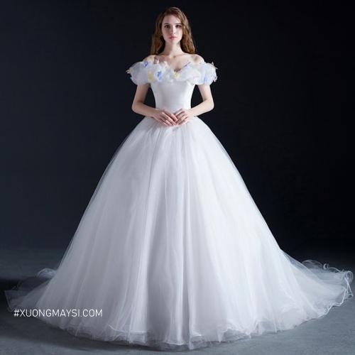 Đầm dạ hội trắng tôn lên vẻ đẹp tự nhiên và thanh thoát cho người phụ nữ