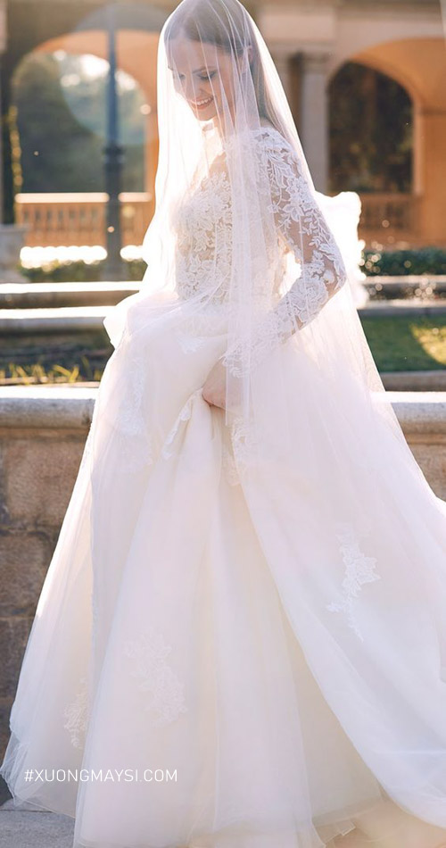 Thử qua nhiều dáng váy cưới để tìm ra mẫu váy 'chân ái'