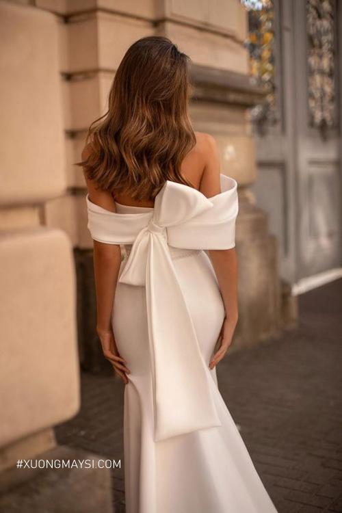 Một chiếc nơ thêm phần điểm nhấn cho váy cưới