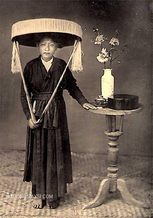 Áo dài tứ thân thường được may bằng những tấm vải có gam màu tối