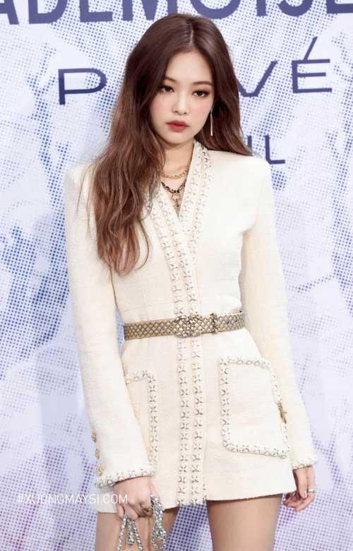 Váy đầm trắng Chanel được diện bởi Jennie - Thành viên của nhóm nhạc Hàn Quốc Blackpink và là đại sứ thương hiệu toàn cầu cho Chanel