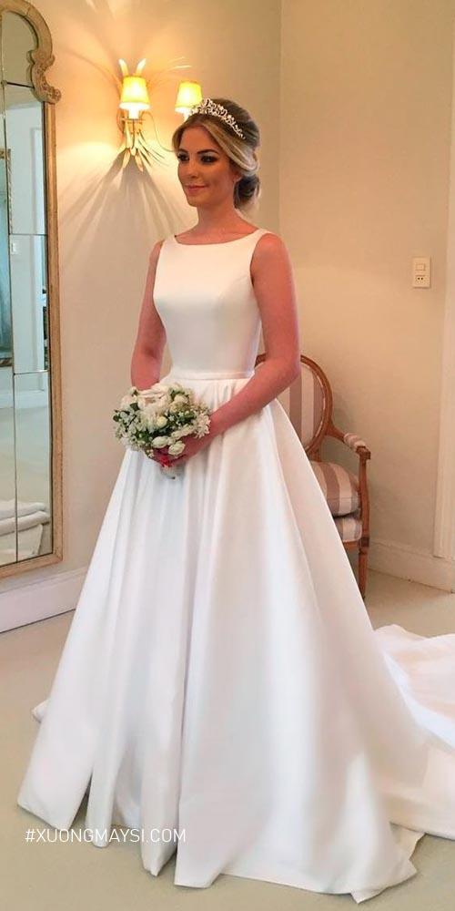 Đi cùng người thân và bạn bè thì bạn sẽ dễ dàng hơn trong việc lựa chọn váy cưới