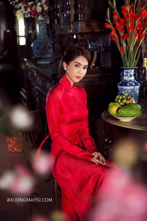 Nàng hút hồn người nhìn với chiếc áo dài cưới màu đỏ truyền thống