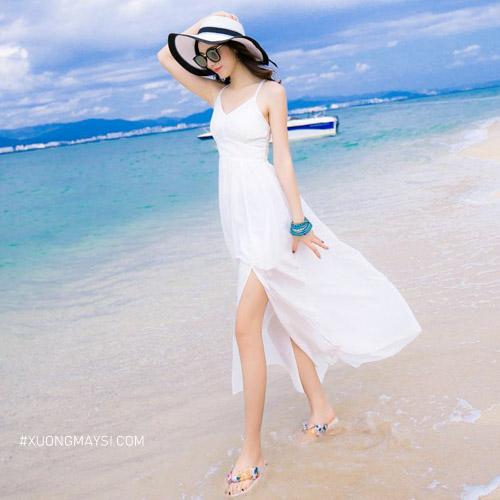 Đầm trắng đi biển 2 dây cùng với kiểu dáng xẻ tà mang lại cảm giác cực kỳ gợi cảm cho các bạn nữ chúng ta