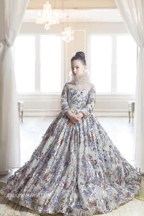Các bé sẽ trở nên đáng yêu và xinh xắn hơn cùng với những chiếc đầm công chúa lấp lánh