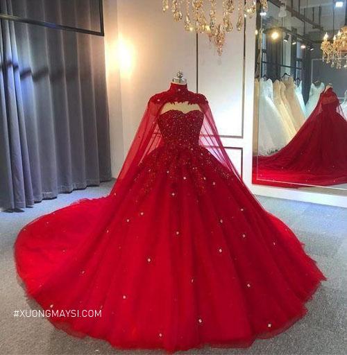 Một chiếc váy cưới màu đỏ 2 trong 1 giúp nàng vừa có thể làm lễ vừa có thể tham gia tiệc đêm cùng bạn bè