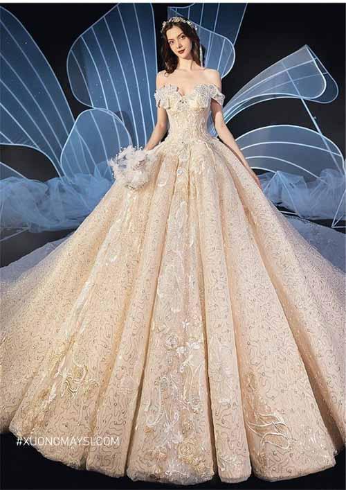 Diện lên mình chiếc váy cưới màu vàng ánh kim nàng sẽ thêm phần lộng lẫy, thướt tha