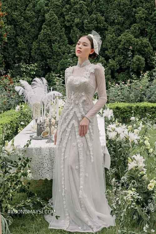 Điểm thêm những bông hoa nổi thì chiếc áo dài cưới màu trắng của nàng thật ấn tượng