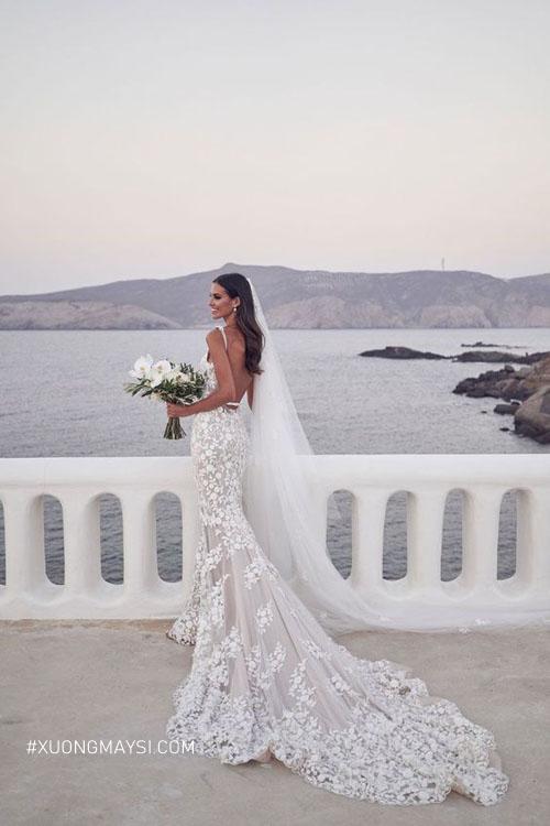Tỷ lệ cơ thể hoàn hảo của dáng đồng hồ cát sẽ được tôn lên tối đa qua chiếc váy cưới đuôi cá