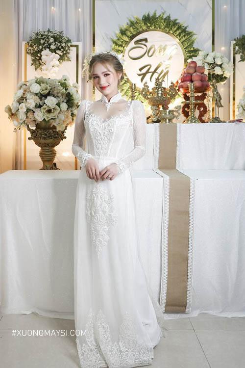 Diện áo dài cưới màu trắng phối ren làm cho nàng thêm phần quyến rũ, quý phái
