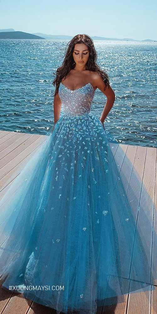 Nàng như một nàng công chúa đến từ đại dương khi diện lên mình chiếc váy cưới màu xanh nước biển