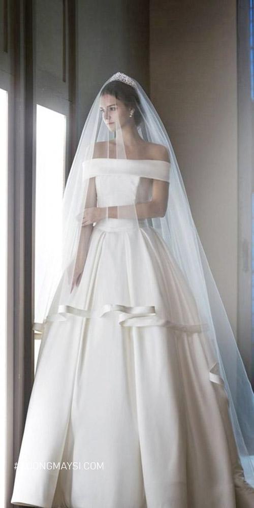 Không còn quá xa lạ với chất liệu vải satin trong thiết kế váy cưới