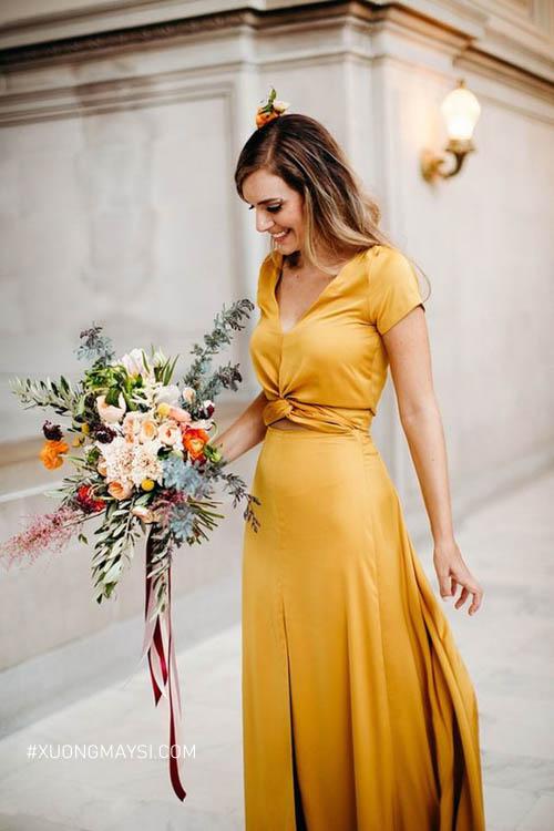Nhấn nhá thêm chi tiết ở eo khiến cho chiếc váy cưới màu vàng của bạn thêm phần hoàn hảo