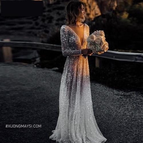 Nàng tỏa sáng giữa trời đêm nhờ vào chiếc váy cưới màu bạc lấp lánh