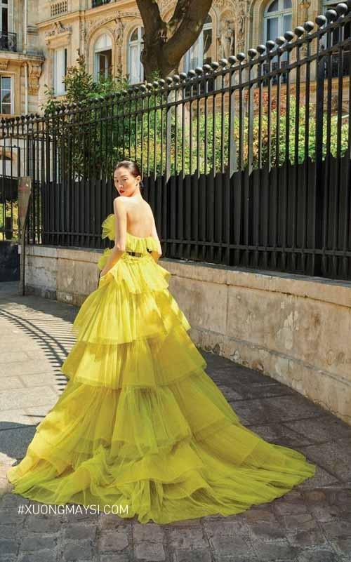 Vải voan tạo cho chiếc váy màu vàng thêm phần bồng bềnh, thướt tha