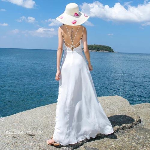 Phối đầm trắng đi biển cùng nón tai bèo mang màu sắc trung tính là một sự lựa chọn không thể hoàn hảo hơn